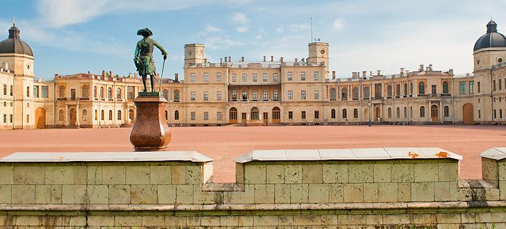 Один из главных символов гатчины - большой дворец, - в прошлом любимое место отдыха представителей императорской фамилии